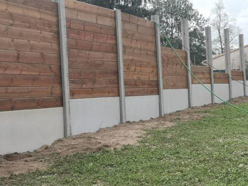 Clôture mixte bois et plaques poteaux en béton gris