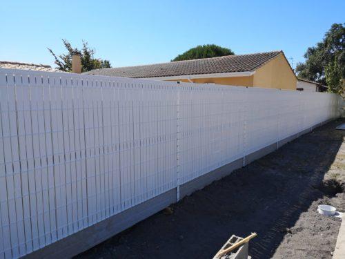 Clôture panneau rigide blanc avec kit occultation PVC en blanc